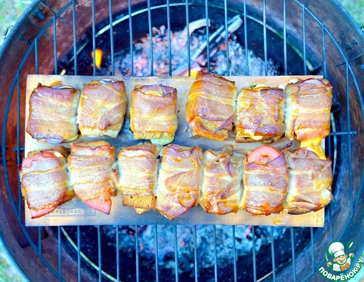 Рецепт: Рулетики с беконом, запеченные на гриль-доске