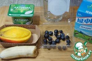 Вымыть и очистить манго, банан и чернику.
