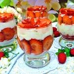 Сметанный десерт с клубникой и печеньем