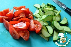 Помидоры и огурец нарезать, добавить к капусте.