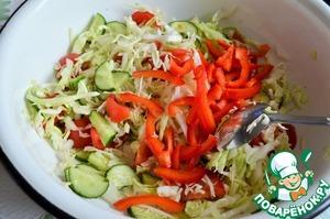 Перец нарезать короткими полосками и смешать с овощами.