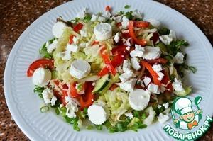 Выложить овощную смесь на сервировочное блюдо, на овощи - кусочки брынзы.