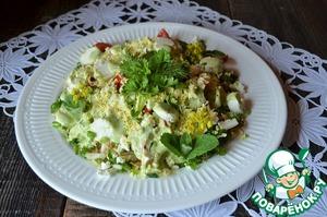 Заправить соусом, украсить зеленью и натертым на мелкой тёрке желтком.