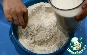 Постепенно добавляйте теплое молоко, постоянно перемешивая ложкой. Молоко можно заменить водой.