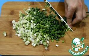 Подготовьте начинку. Измельчите лук, посолите, добавьте растительное масло и перемешайте.