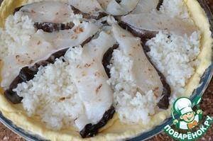 """Начинаем собирать пирог.   В форму, 33 см., выложить тесто, формируя бортики. Обрезки теста отложить. На тесто выложить рис, по нему распределить кусочки рыбы.   Посолить рыбу. Остатки теста раскатать тонко и на места открытого риса выложить """"заплаточки""""."""
