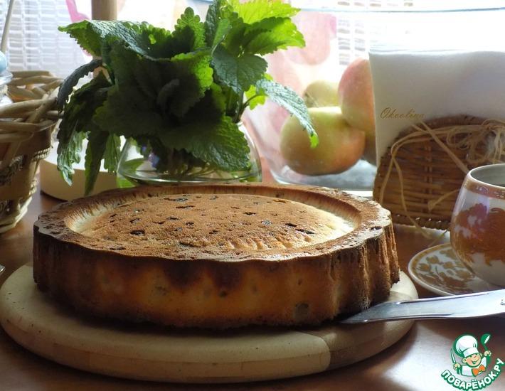 Рецепт: Простая шарлотка с ревенем и яблоком