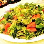 Огуречный салат с форелью и мятой