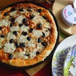 Пицца с креветками и сыром