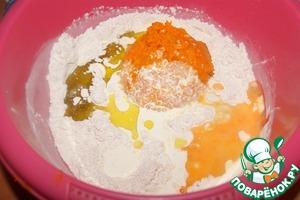 Муку смешать с дрожжами, солью и сахаром. Добавить масло, тыкву, яйцо и сливки.