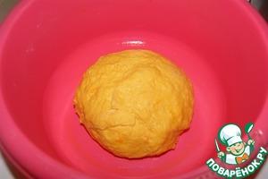 Замесить тесто и поместить его в емкость смазанную маслом. Поставить в теплое место на 40 минут.