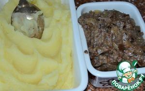 Заранее приготовить начинки - картофельное пюре    и жареные грибы с луком и перцем.    Грибы измельчить блендером или мелко порубить.    Начинки остудить.