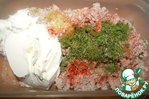 Смешать молотое куриное мясо, сливочный сыр, укроп, соль, мелко нарезанный жареный лук и паприку.