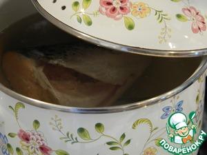 Помыть, почистить рыбу, удалить жабры. Поставить варить с момента закипания минут 15.