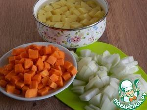 В это время почистить овощи. Картофель, лук и морковь нарезать кубиками.