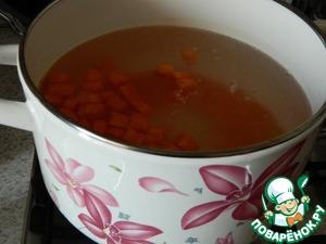 Первым делом кладем морковь и варим ее 5 минут. Потом закладываем картофель, через 5 минут кладем лук.