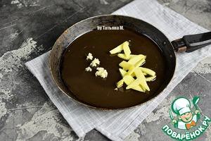 Смешать оливковое и кунжутные масла в сковородке, добавить чеснок через пресс и имбирь, резанный соломкой.   Обжарить до легкой корочки.