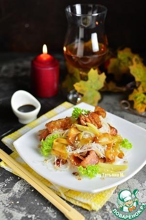 На тарелку выложить фунчозу вперемешку с беконом и кабачком.   Дополнить 2-3 ломтиками жареного имбиря, посыпать кунжутом и зеленью по вкусу, полить соусом из сковороды.   Подавать в теплом виде.