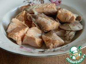 Рыбу разобрать от костей, измельчить и положить в суп.