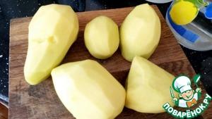 Картофель очистить, разрезать пополам.