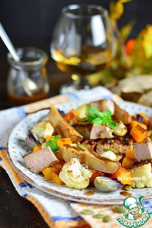 Еще теплое мясо порезать кубиками, соединить с овощами и грушами, посыпать семечками и сбрызнуть заправкой.   Можно все смешать в чаше с заправкой (ее добавлять по вкусу) и только затем подавать в теплом виде.