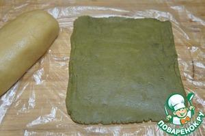 Светлое тесто скатать валиком. Зеленое тесто раскатать между двумя слоями пленки в прямоугольник. Я делала это разделив оба теста на 2 части, чтобы оно не согревалось.