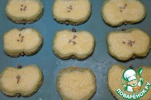 Затем валик разрезать на кусочки 1 см шириной. Затем придать заготовкам форму «яблока» вдавив пальцами низ и верх. В углубления воткнуть по гвоздичке, а в серединку насыпать и легонько вдавить в тесто по 4-5 семечек кунжута.