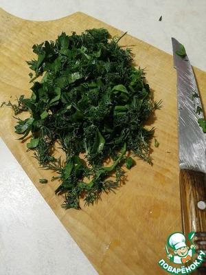 Зелень мелко нарезаем и складываем в миску.