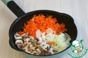 Морковь (1 шт.) нашинковать соломкой, лук (1 шт.) нарезать полукольцами/кубиками, шампиньоны нарезать кусочками/пластиками.    На сковороду добавить 2 ст. ложки растительного масла. Добавить подготовленные к пассеровке овощи и грибы. Пассеровать овощи до легкой золотистой корочки.
