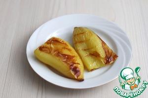 Перец болгарский запечь в духовке. Затем снять шкурку, нарезать кусочками. Подготовленные к пюрированию овощи пока отставить.