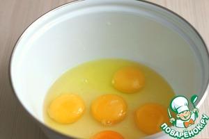 В миску добавить 5 яиц.