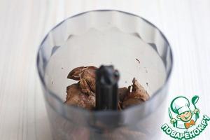 Куриную печень (250 гр.) отварить в подсоленной воде до готовности. Поместить печень в блендер пробить до кремообразного состояния, добавить по вкусу черный молотый перец.