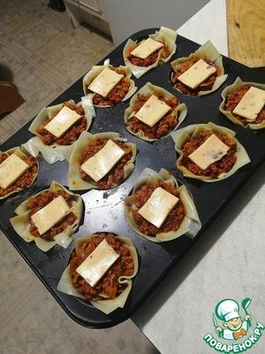 Нарезаем сыр в ломтиках на 12 частей и кладем по центру каждой (можно обычный сыр)