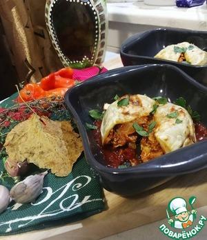 Готовые лазаньи выкладываем переворачивая на тарелку с соусом (вытаскиваются очень хорошо) и посыпаем зеленью. Приятного аппетита!