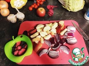 Яблоки нарезаем равными дольками, вырезаем сердцевину ( удобно использовать яблокорезку ) Лук и помидоры нарезаем на крупные части.