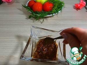 Начинаем делать маринад для наших ребрышек. Берем глубокую посуду наливаем растительное масло 50 грамм добавляем паприку, розмарин, тимьян, чеснок давим через чеснокодавилку, соль 2 чайных ложки все хорошо перемешиваем