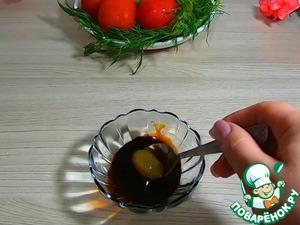 Следующим шагом делаем консистенцию для обмазки наших ребер. В глубокую посуду добавляем соевый соус 3 чайных ложки,1 чайную ложку меда и все хорошо перемешиваем чтоб мед растворился