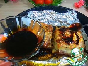 По истечению 40 минут вытаскиваем ребра с духовки и обмазываем смесью соевого соуса с медом