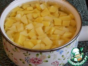 Нарезанный кубиками картофель кладем третьим по счету и так же варим еще 5 минут.