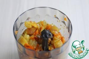Затем к печени добавить пассерованные овощи и запеченный в духовке болгарский перец. Все ингредиенты пробить вместе в печенью, по возможности оставляя небольшие вкраплениия в печеночной массе кусочки овощей. В нарезке рулета они будут смотреться эффектно.
