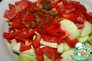 Нарезать болгарский перец и кабачки полукольцами.   Острый перец берется по вкусу.
