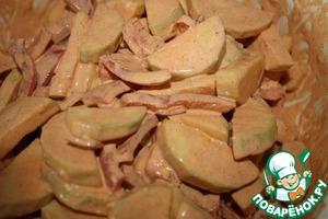 Смешать нарезаные овощи со сметаной и паприкой, присолить по вкусу.