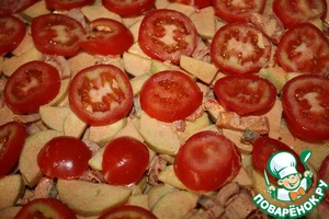 Последними идут помидоры.   Ставим запекаться в предварительно разогретую на 200 град. духовку и печем около 40 минут.