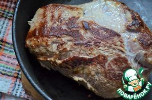 Сковороду разогреть, смазать! растительным маслом    и обжарить мясо до красивого румянца, минут по 5 с каждой стороны.