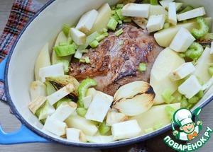 В казан или жаровню выложить мясо, картофель, оба вида сельдерея, лук.