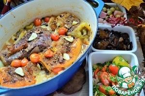 При подаче мясо нарезать крупными кусками.   Подать горячим со свежими и маринованными овощами, солёными грибами.