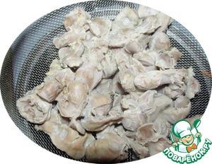Куриные желудки отвариваем в соленой воде часа 2 до полной мягкости.   Откидываем на сито и остужаем.