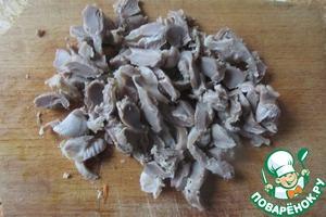 Остывшие желудки нарезаем произвольно, средними кусочками или соломкой.