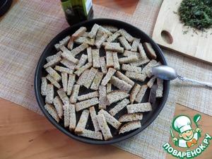 Ставим варить яйца вкрутую. Делаем сухарики. Нарезаем 2 куска Дарницкого хлеба брусочками, величиной в ширину половины куска хлеба и толщиной примерно 07-1 см. Выкладываем на противень или как я, в форму. Раскладываем ровным слоем, поливаем оливковым маслом, присыпаем немного солью, не забывая о майонезе и соленых огурцах и присыпаем чуть сухим укром. Ставим в духовку разогретую до т-200 С примерно на минут 5. Увидите, когда сухарики красиво зарумянятся и подсушатся. Вынимаем из духовки и даём им остыть.