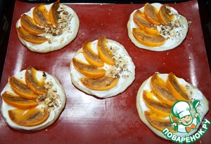 Смажьте лепешки белым соусом. Разложите ломтики хурмы и орехи. Выпекайте пиццетты 10-15 минут.